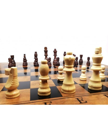Mediniai šachmatai su didele medine lenta
