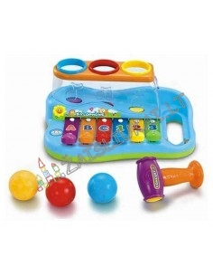 Žaislinis metalofonas ir plaktukas su stambiais kamuoliukais